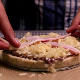 Sprinkle manchego cheeseHow to make a Tamale Pizza