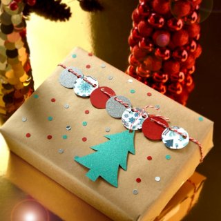 Wrapping Christmas giftsHow to Decorate Christmas Gifts Originally