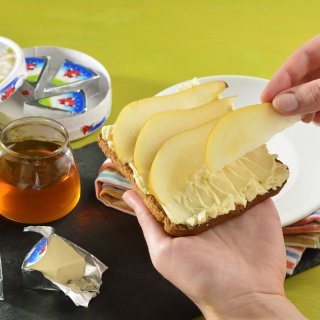 Add honeyBread with sweet cheese and pear