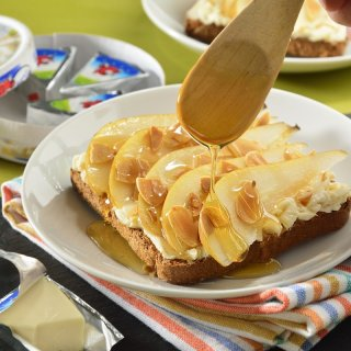 Pour honeyBread with sweet cheese and pear