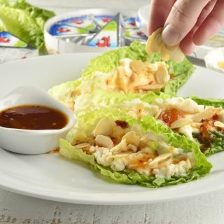 Bathe with the sauceMini Lettuce Tacos with Spicy Cheese and Almonds