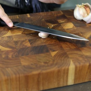 How to peel a clove of garlic in seconds