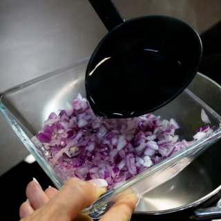 baking onionHow to flake the purple onion to make it richer