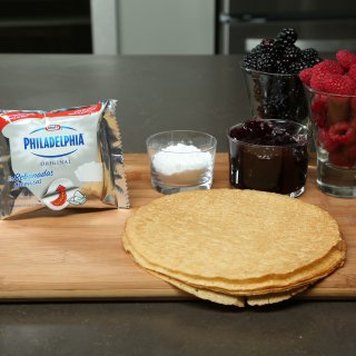 How to make strawberry and blackberry crepes